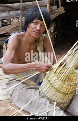 Basket waver, IDP-Camp Ei Tu Hta, IDP-Area bordering Thailand near Mae Sariang, Birma - Stock Photo
