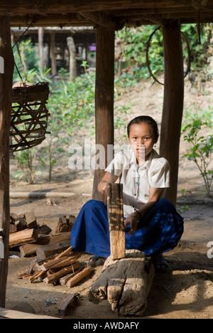 Girl hacking fire wood, refugee camp Ei Tu Hta, IDP-Area bordering Thailand near Mae Sariang, Birma - Stock Photo