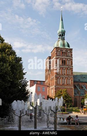 Fountain and view of St. Nicholas Church, Stralsund, Mecklenburg-Western Pomerania, Germany, Europe - Stock Photo
