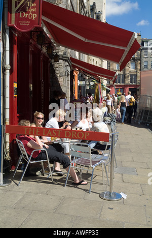 dh GRASSMARKET EDINBURGH Edinburgh Festival people sitting eating The Last Drop cafe street - Stock Photo