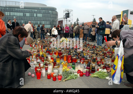 Warsaw, Poland mourning after John Paul II's death. Poeple on Pilsudski Square after live transmition of Pope's - Stock Photo