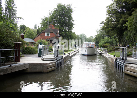 Sonning Lock near Reading with Cabin cruiser motor yacht pleasure boat on River Thames - Stock Photo