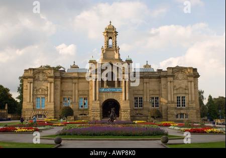 Cartwright Hall in Lister Park Bradford - Stock Photo