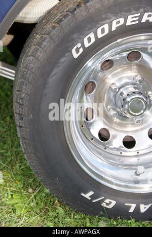Auto Autoreifen Autos Fahrzeug Fahrzeuge Reifen Reifenprofil Reifenprofile ve lo car car tire car tires car tyre - Stock Photo