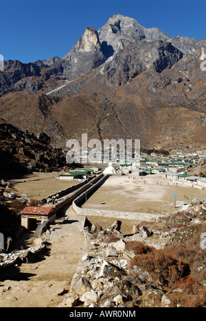 Sherpa village Khumjung, holy mountain Khumbi Yul Lha (Khumbila, 5761), Sagarmatha National Park, Khumbu Himal, - Stock Photo