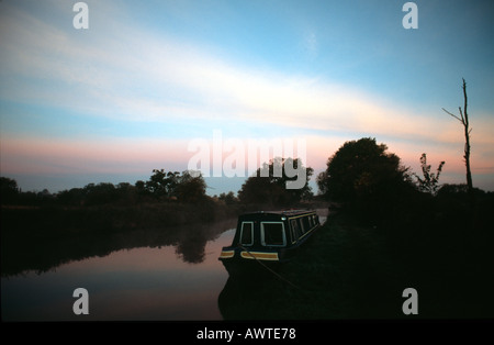 PICTURE CREDIT DOUG BLANE Moored narrowboat on the canal side at sunset Grand Union Junction Canal - Stock Photo