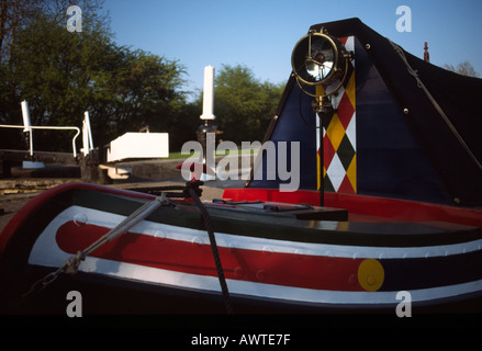 PICTURE CREDIT DOUG BLANE Traditional narrowboat with canal lock in background Grand Union Junction Canal - Stock Photo
