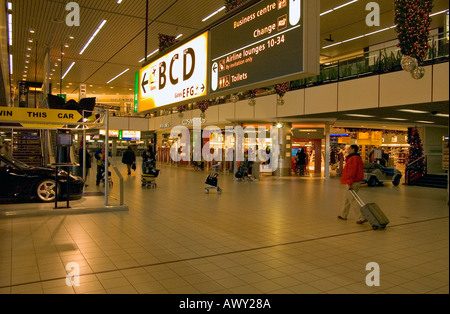 dh  AMSTERDAM AIRPORT HOLLAND International Terminal building inside duty free shops main walkway people - Stock Photo
