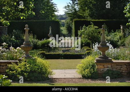 A PATH FLANKED BY TWO STONE PILLARS IN THE GARDEN AT MANOR FARM SOMERSET BY GARDEN DESIGNER SIMON JOHNSON UK - Stock Photo
