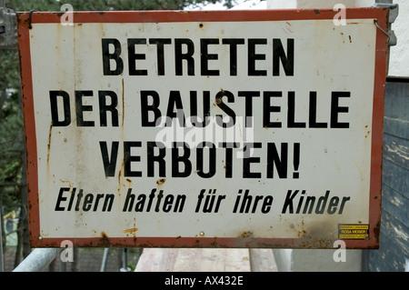 Sign Schild Betreten der Baustelle verboten Eltern haften für ihre Kinder - Stock Photo