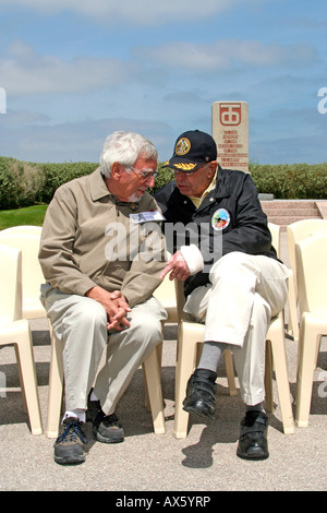 2 WW2 veterans reunited at 60th anniversary celebrations 6th June 2004 reminisce Normandy France d-day anniversary - Stock Photo