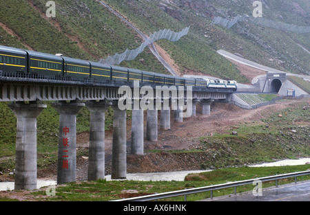 A train passes over a bridge on the Tibet railway, which opened in July 2006. - Stock Photo