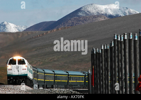 A Lhasa bound train tops the 4,767m Kunlun Pass, one of the highest points on the Tibet railway. Tibet train - Stock Photo