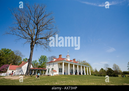 Plantation House with out buildings The main house at Mt Vernon faces the Potomac River - Stock Photo