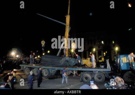 Dzerzhinsky monument outside KGB headquarters is removed from pedestal during coup, Moscow, Russia, August 22, 1991 - Stock Photo