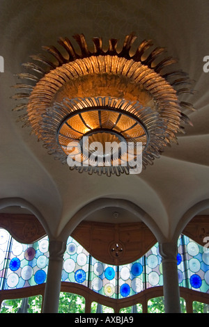 ESP Spanien Barcelona Casa Battlo 1904 1906 by Antoni Gaudi Interieur ceiling with huge spiral lamp - Stock Photo