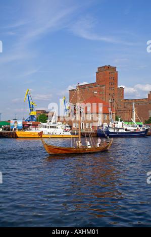 Hafen Wismar Speicher Holzboot Mast Drachenkopf - Stock Photo
