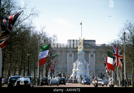 Looking towards the Victoria Monument in front of Buckingham Palace. The Avenue is framed with the Italian and the - Stock Photo
