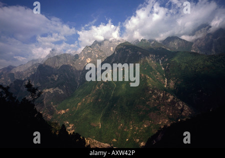 Aug 10, 2006 - Jade Dragon Snow Mountain (5596m) at Tiger Leaping Gorge in the Chinese province of Yunnan. - Stock Photo