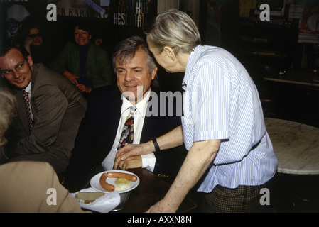 Graeter, Michael, * 1941, German Journalist, half length, with Josefina Hawelka, Cafe Hawelka, Vienna, Austria, - Stock Photo
