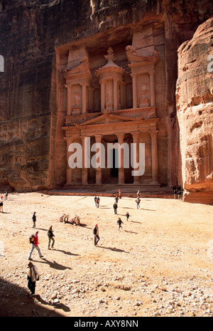 Tourists silhouetted in front of the Treasury (El Khazneh) (Al Khazna), Nabatean archaeological site of Petra, Jordan - Stock Photo