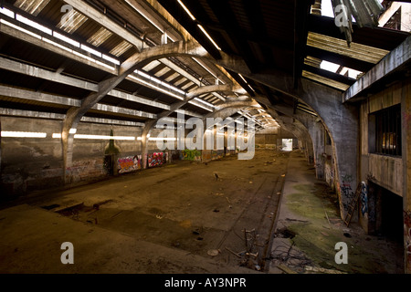 The warehouse of a brownfield site factory, in Vichy. Entrepôt d'une usine désaffectée à Vichy. - Stock Photo