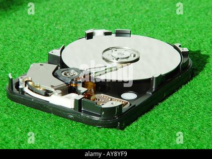 Ausgebaute geoeffnete Festplatte eines Computers