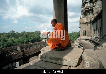 Buddhistischer Moench beim Gebet in Ankor Wat Kambodscha - Stock Photo