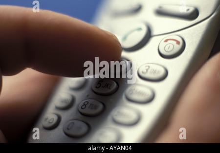 Finger tippt auf Handytastatur - Stock Photo