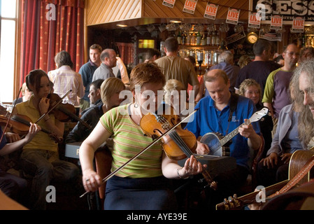 dh Orkney Folk Festival STROMNESS ORKNEY Woman musician playing fiddle music pub player female uk - Stock Photo