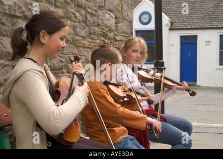 dh Orkney Folk Festival STROMNESS ORKNEY girls and boy playing fiddles ate Orkney festival event scotland children - Stock Photo