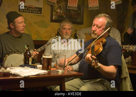 dh Orkney Folk Festival STROMNESS ORKNEY Scottish Musicians playing music fiddles scotland fiddle player in pub - Stock Photo