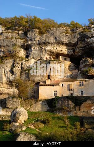 Maison Forte de Reignac Chateau falaise near les Eyzies and Lascaux Dordogne Perigord France - Stock Photo