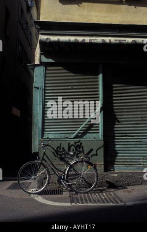 Fahrrad vor geschlossenem Alimentari Geschaeft Nizza Frankreich - Stock Photo