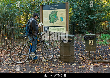 A park visitor trying to find his way around Hampstead Heath - Stock Photo