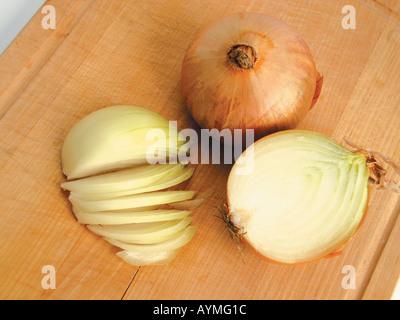 Zwiebeln ganz halbiert und in Scheiben geschnitten - Stock Photo