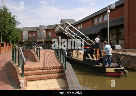 Oxfordshire Banbury Castle Quay Oxford Canal narrowboat passing under cantilever bridge - Stock Photo
