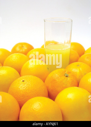 Frisch gepresster Orangensaft und Orangen - Stock Photo