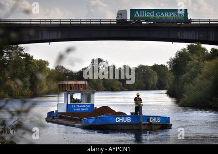 A BARGE LOADED WITH SAND AND GRAVEL PASSING UNDER THE M50 AT RIPPLE QUARRY GLOUCESTERSHIRE - Stock Photo
