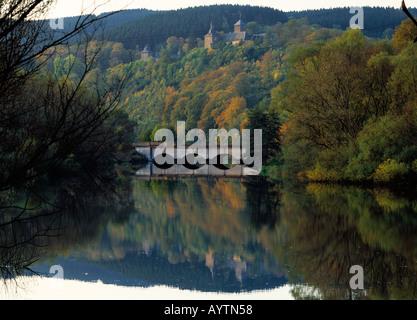 Biggelandschaft mit Schloss Schnellenberg im Herbst, Attendorn, Naturpark Ebbegebirge, Sauerland, Nordrhein-Westfalen - Stock Photo