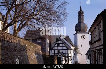 Partie an der Stadtmauer mit Glockenturm in Arnsberg, Sauerland, Nordrhein-Westfalen - Stock Photo