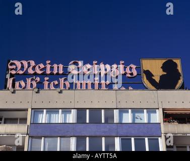 Goethe-Zitat 'Mein Leipzig lob ich mir' als Neonreklame auf einem Mehrfamilienwohnhaus in Leipzig, Sachsen