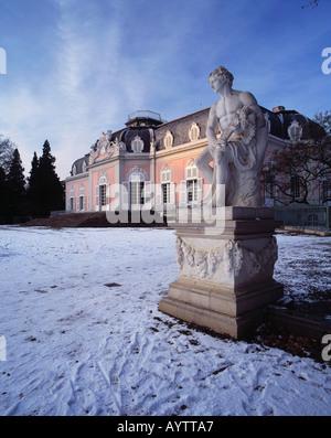 verschneites Schloss Benrath in Duesseldorf-Benrath, Rhein, Nordrhein-Westfalen - Stock Photo