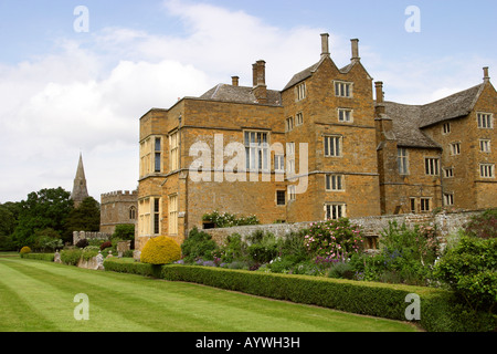 UK Oxfordshire Broughton Castle and herbaceous border - Stock Photo