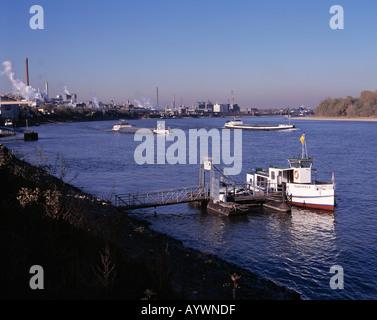 Faehrschiff und Chemieanlage Rheinische Olefinwerke am Rhein bei Wesseling, Nordrhein-Westfalen - Stock Photo