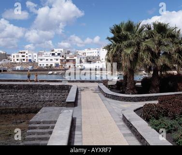 Stadtpanorama, weisse Haeuser, Uferpromenade, Hafenbucht, Arrecife, Lanzarote, Kanarische Inseln - Stock Photo