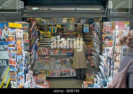 Paris kiosquier in a news kiosk - Stock Photo