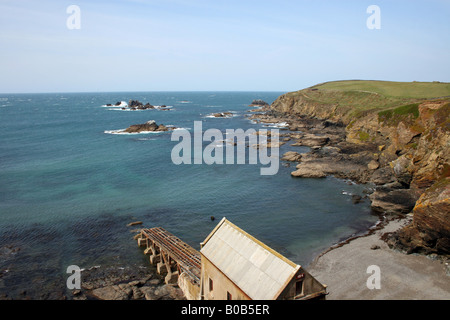 THE COASTLINE AND OLD LIFEBOAT HOUSE AT LIZARD HEAD ON THE CORNISH COAST. CORNWALL ENGLAND. - Stock Photo