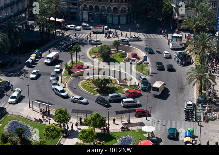 Figure of eight traffic island at the Plaza de la Reina. The clever design diverts cars to and from the underground - Stock Photo