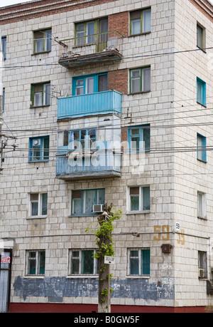 Five-storey apartment block in Raboche-Krest'yanskaya Ulitsa, Volgograd, Russia, Russian Federation - Stock Photo